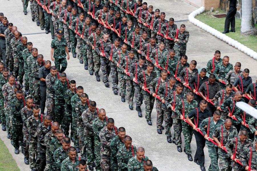 Répétition des soldats qui vont tirer le chariot royal aux obsèques de l'ancien roi de Thaïlande Bhumibol Adulyadej, à Bangkok le 6 juillet 2017
