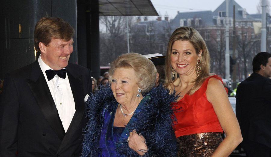 La reine Beatrix, le prince Willem Alexander et la princesse Maxima se sont retrouvés mercredi soir à l'occasion du 125ème anniversaire du Concertgebouw, une salle de concert située à Amsterdam. Elle abrite aujourd'hui l'Orchestre royal du pays. Pour cette soirée de gala exceptionnelle à trois semaines du couronnement de Willem Alexander, le trio a rivalisé d'élégance et n'a pas manqué de sourire aux photographes.