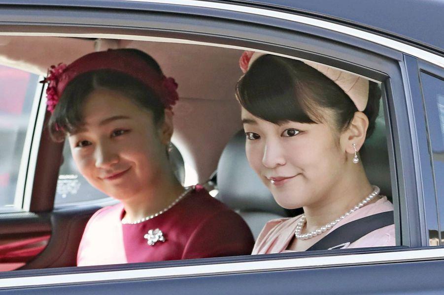 Les princesses Kako et Mako du Japon arrivent au Palais impérial à Tokyo le 23 février 2020