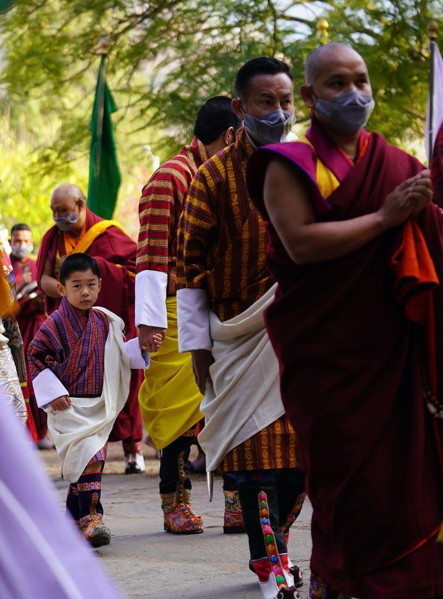 Le prince héritier Jigme Namgyel avec son père le roi du Bhoutan Jigme Khesar Namgyel Wangchuck à Punakha, le 17 décembre 2020
