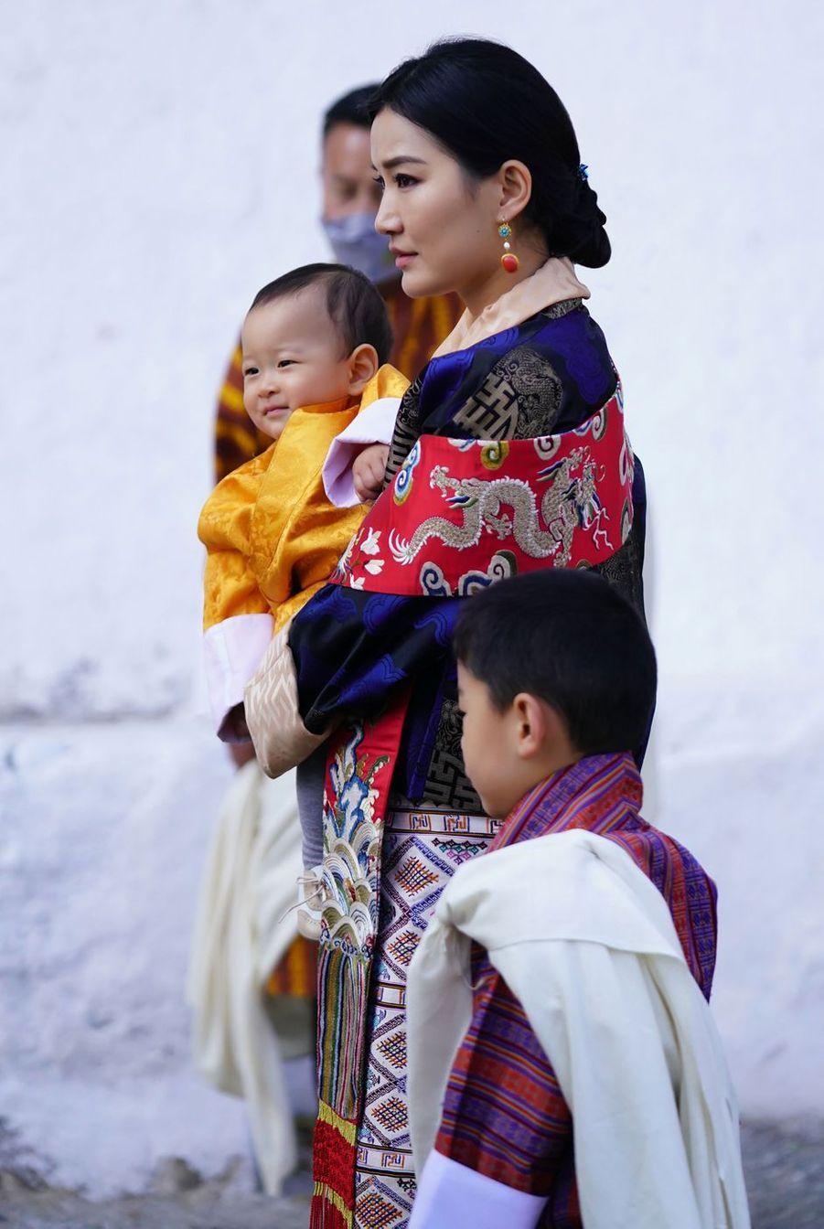 La reine du Bhoutan Jetsun Pema avec ses fils les princes Jigme Namgyel et Jigme Ugyen à Punakha, le 17 décembre 2020