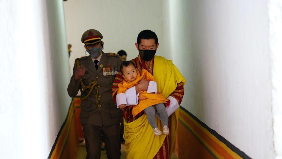 Le roi du Bhoutan Jigme Khesar Namgyel Wangchuck et son deuxième fils le prince Jigme Ugyen à Punakha, le 17 décembre 2020
