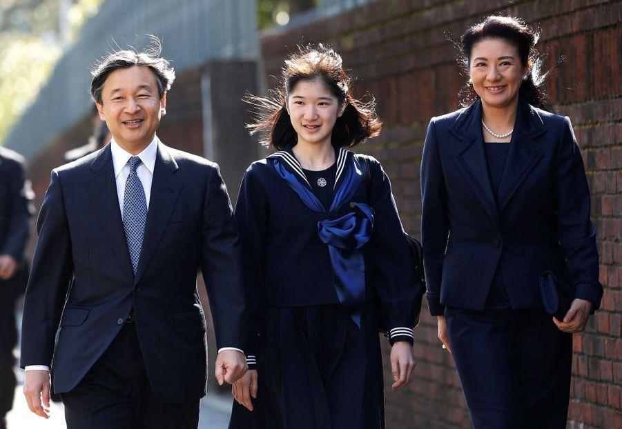 La Princesse Aiko Du Japon, Avec Ses Parents Le Prince Naruhito Et La Princesse Masako, Devant L'école Gakushuin 1