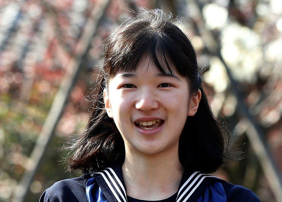 La Princesse Aiko Du Japon, Avec Ses Parents Le Prince Naruhito Et La Princesse Masako, Devant L'école Gakushuin 10