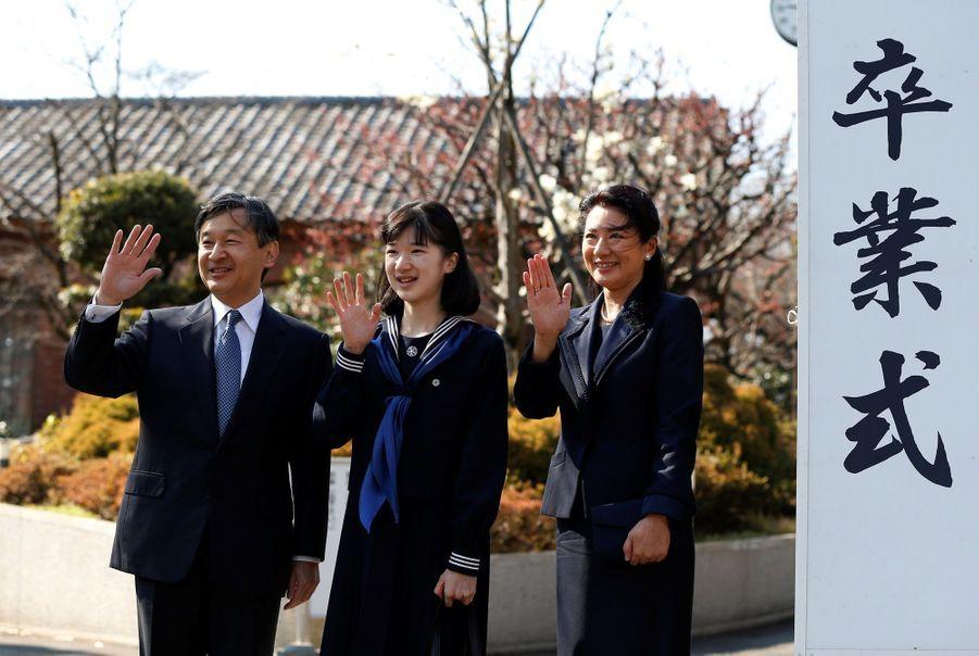 La Princesse Aiko Du Japon, Avec Ses Parents Le Prince Naruhito Et La Princesse Masako, Devant L'école Gakushuin 2