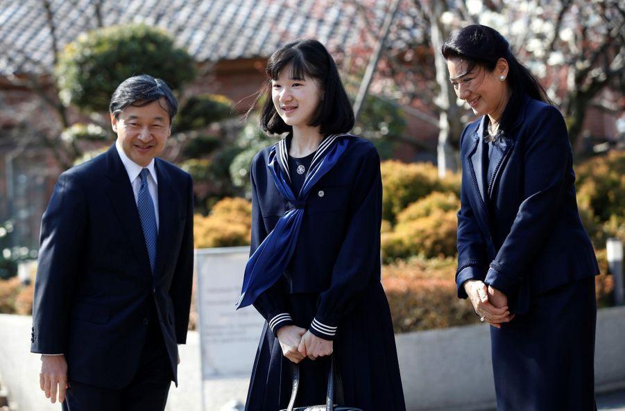 La Princesse Aiko Du Japon, Avec Ses Parents Le Prince Naruhito Et La Princesse Masako, Devant L'école Gakushuin 3