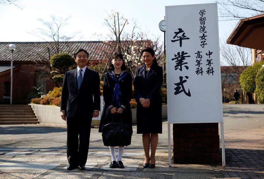 La Princesse Aiko Du Japon, Avec Ses Parents Le Prince Naruhito Et La Princesse Masako, Devant L'école Gakushuin 4