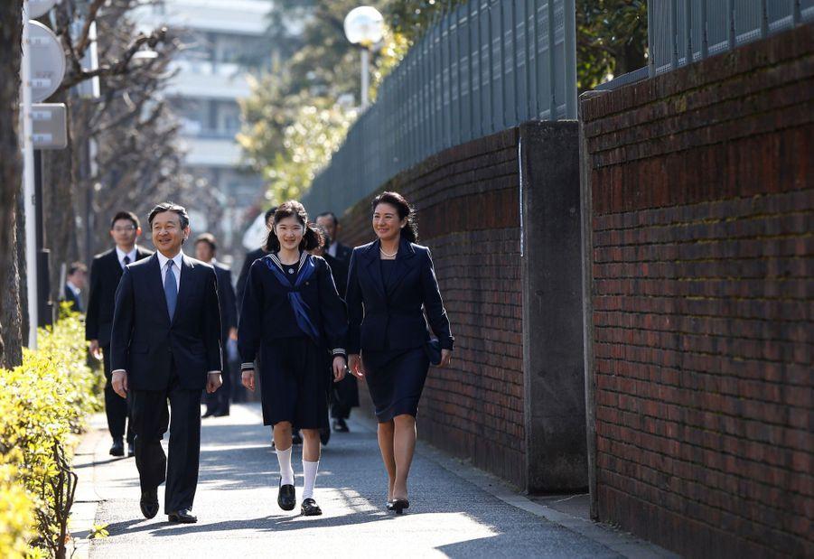 La Princesse Aiko Du Japon, Avec Ses Parents Le Prince Naruhito Et La Princesse Masako, Devant L'école Gakushuin 5