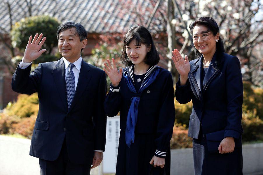 La Princesse Aiko Du Japon, Avec Ses Parents Le Prince Naruhito Et La Princesse Masako, Devant L'école Gakushuin 6