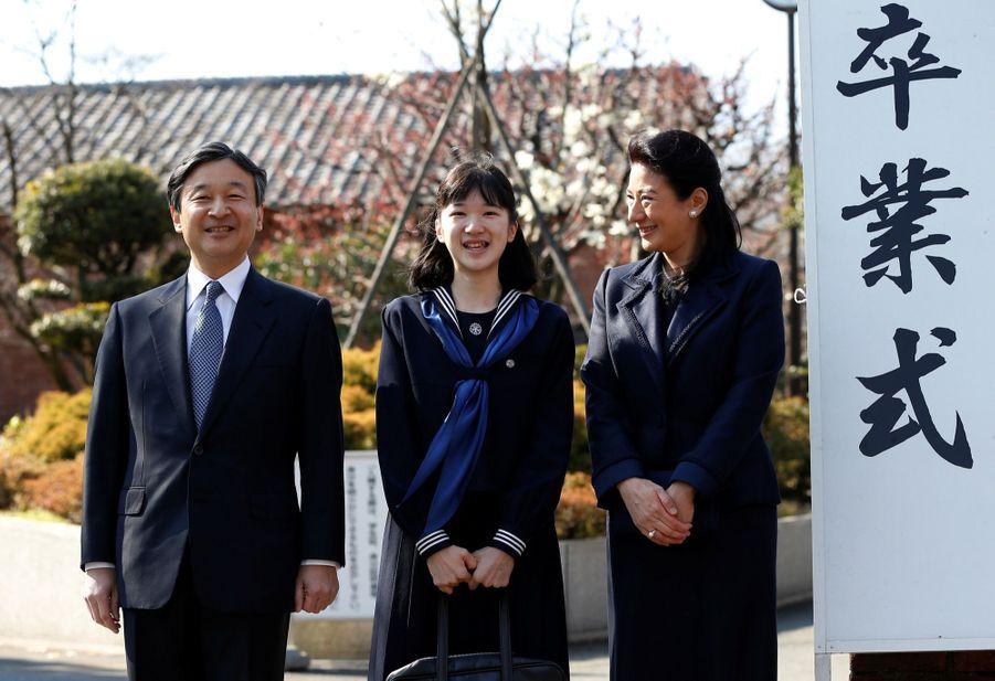 La Princesse Aiko Du Japon, Avec Ses Parents Le Prince Naruhito Et La Princesse Masako, Devant L'école Gakushuin 7