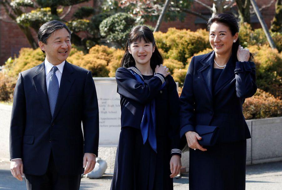 La Princesse Aiko Du Japon, Avec Ses Parents Le Prince Naruhito Et La Princesse Masako, Devant L'école Gakushuin 8