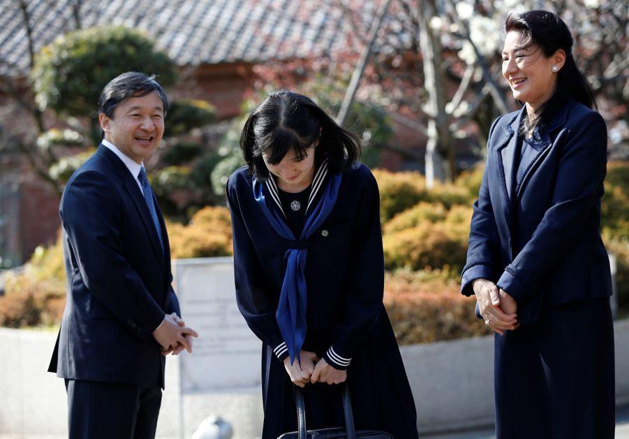 La Princesse Aiko Du Japon, Avec Ses Parents Le Prince Naruhito Et La Princesse Masako, Devant L'école Gakushuin 9