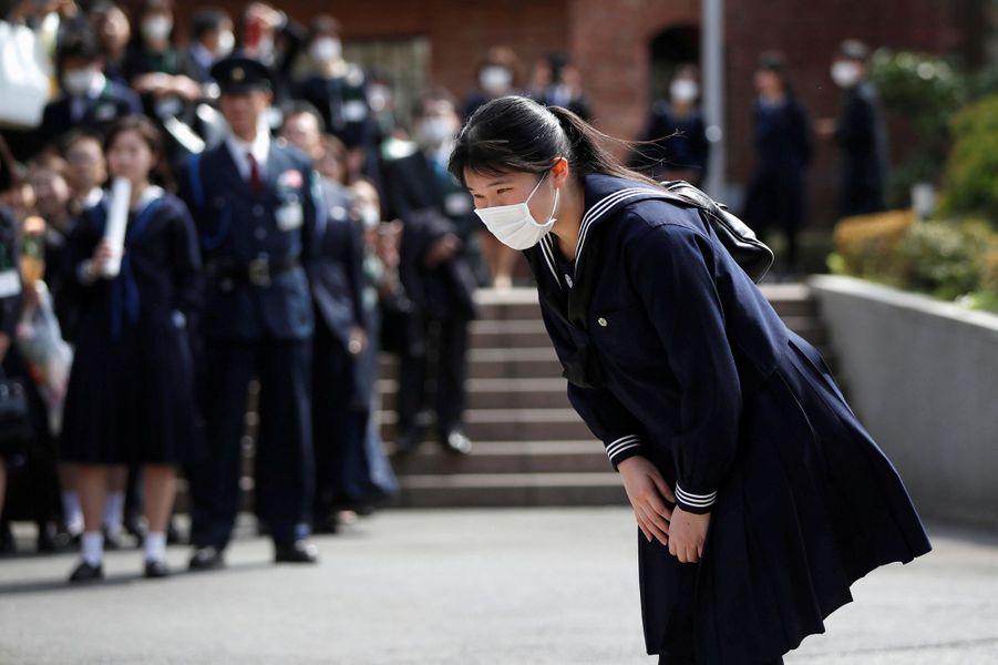 La princesse Aiko du Japon, masquée dans son lycée à Tokyo, le 22 mars 2020