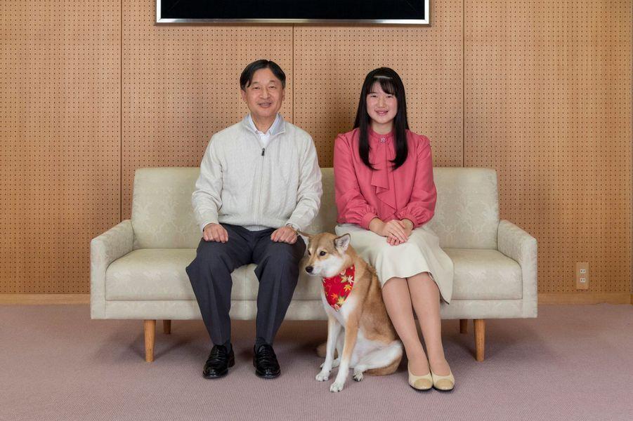 La princesse Aiko du Japon avec son père l'empereur Naruhito et son chien Yuri. Photo réalisée le 25 novembre et diffusée le 1er décembre 2019 pour ses 18 ans
