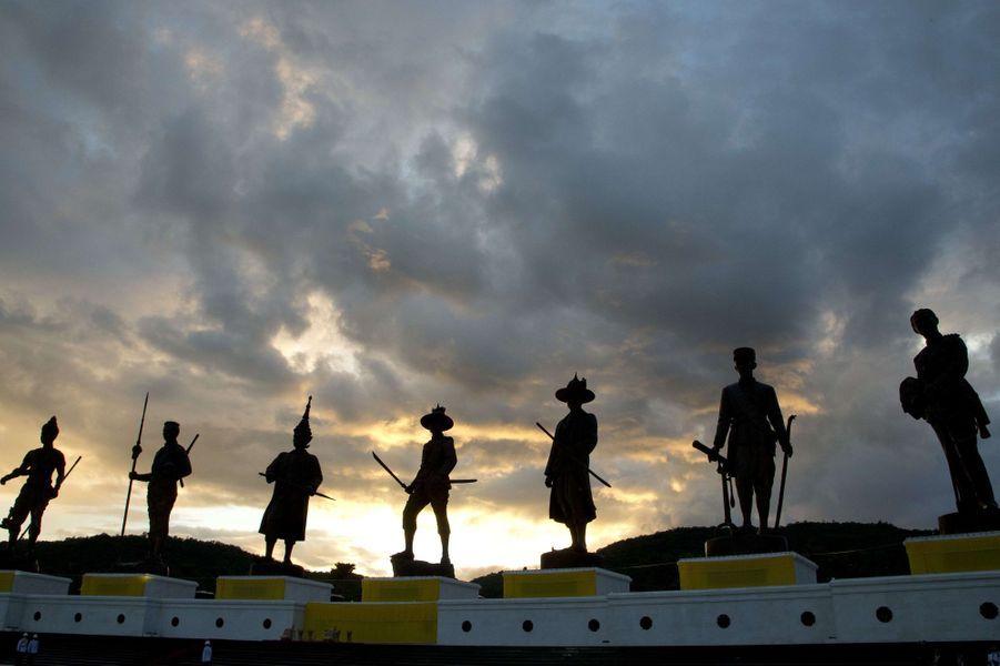 Les statues d'anciens rois thaïlandais emblématiques au Ratchapakdi Park à Hua Hin, le 26 septembre 2015
