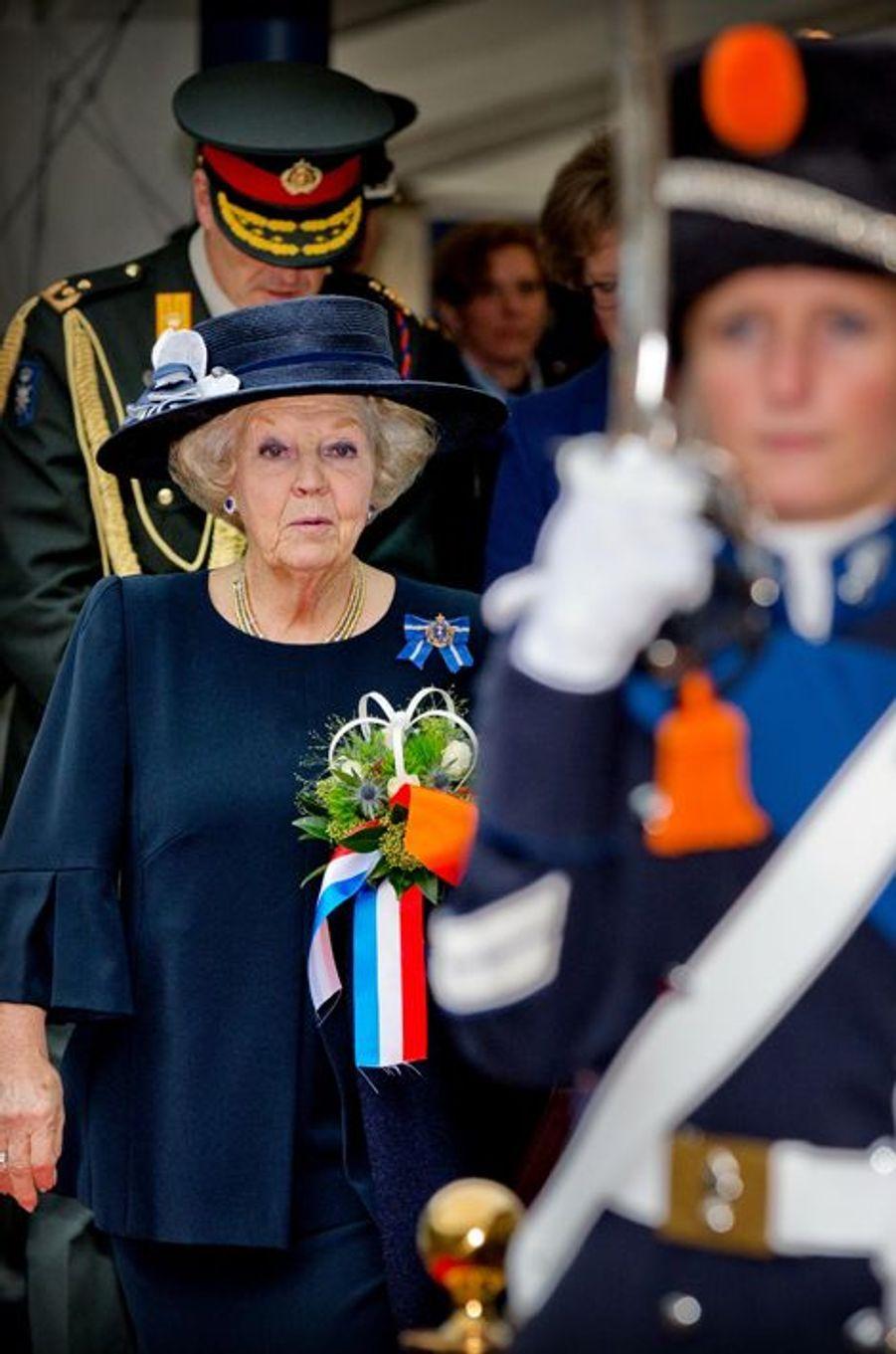 La princesse Beatrix des Pays-Bas aux 200 ans de la police militaire royale hollandaise qu'elle patronne au palais Het Loo à Apeldoorn, le 26 oct...