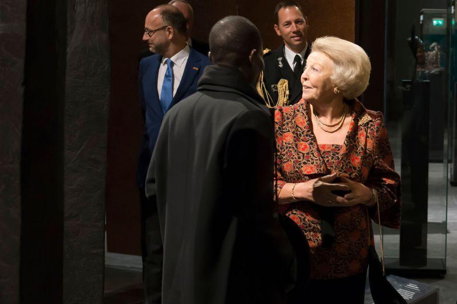 La princesse Beatrix des Pays-Bas avec l'artiste ivoirien Koko Bi à l'exposition «Magisch Afrika» à Amsterdam, le 23 octobre 2014