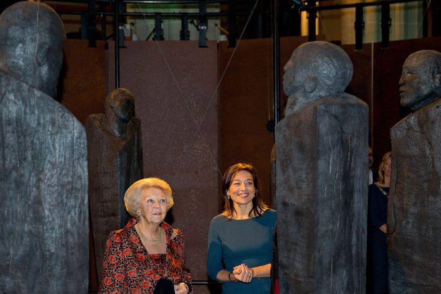 La princesse Beatrix des Pays-Bas visite en avant-première l'exposition «Magisch Afrika» à Amsterdam, le 23 octobre 2014
