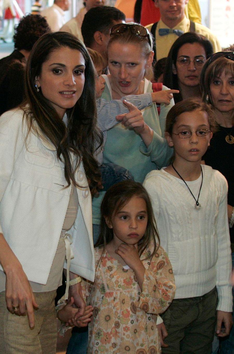 Les princesses Iman et Salma de Jordanie avec leur mère la reine Rania, le 23 mai 2007