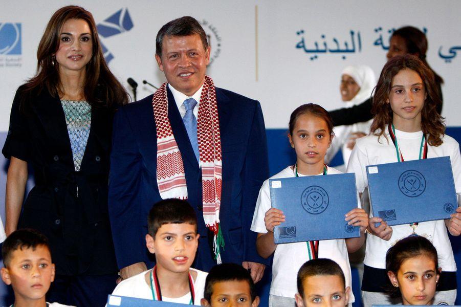 Les princesses Salma et Iman de Jordanie avec leurs parents, le 26 juin 2010