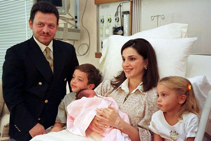 La princesse Salma de Jordanie dans les bras de sa mère la reine Rania, avec son père le roi Abdallah II, son frère le prince Hussein et sa soeur la princesse Iman, le 26 septembre 2000