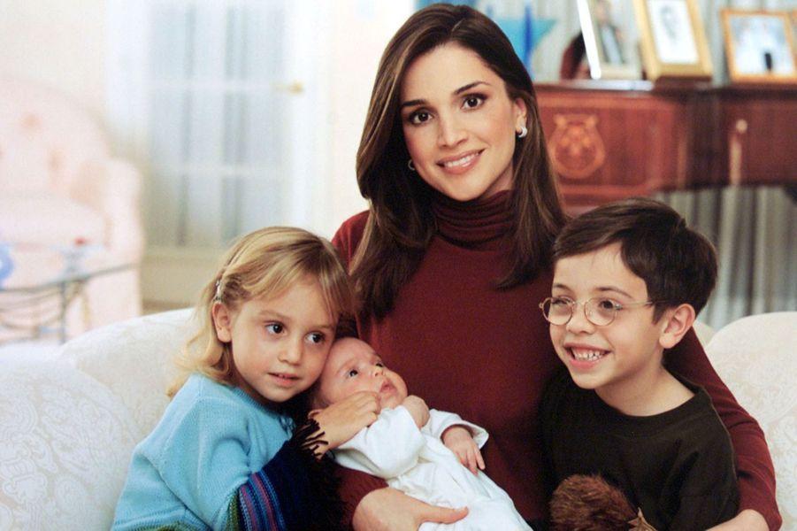 La princesse Salma dans les bras de sa mère la reine Rania de Jordanie, avec son frère le prince Hussein et sa soeur la princesse Iman, le 20 décembre 2000