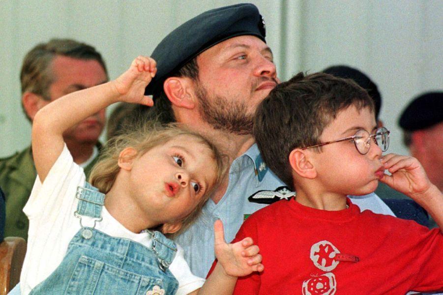 La princesse Iman de Jordanie avec son frère le prince Hussein, le 5 mai 1997