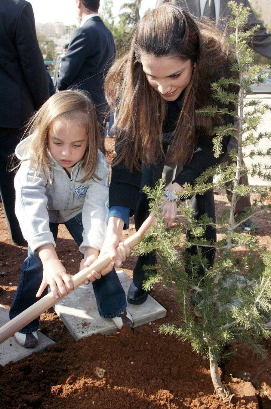 La princesse Salma de Jordanie avec sa mère la reine Rania, le 10 décembre 2005