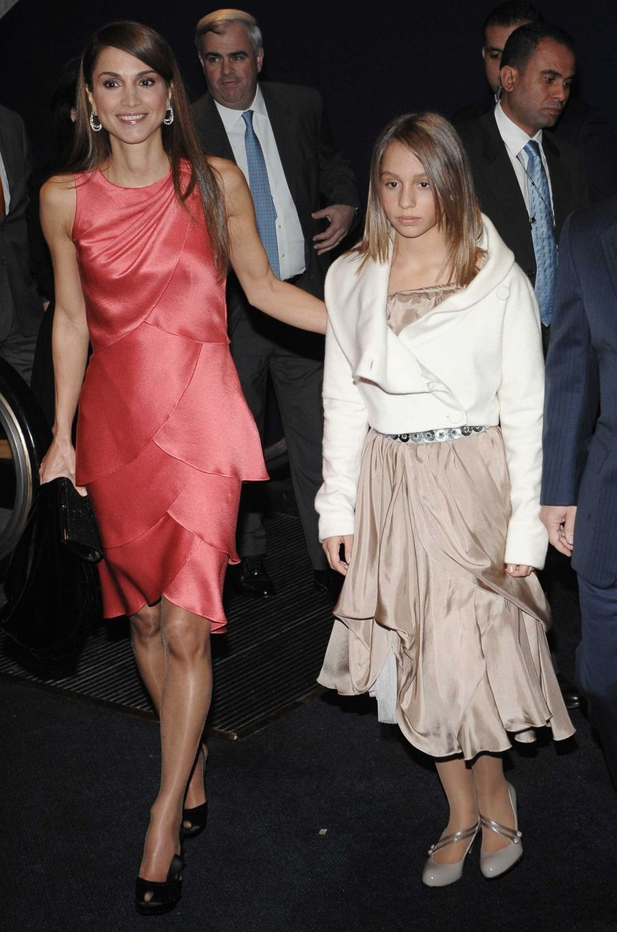 La princesse Iman de Jordanie avec sa mère la reine Rania, le 30 octobre 2008