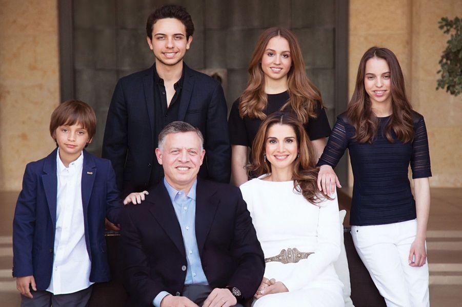 La princesse Iman et Salma de Jordanie avec leurs parents et leurs deux frères, photo diffusée le 1er janvier 2015