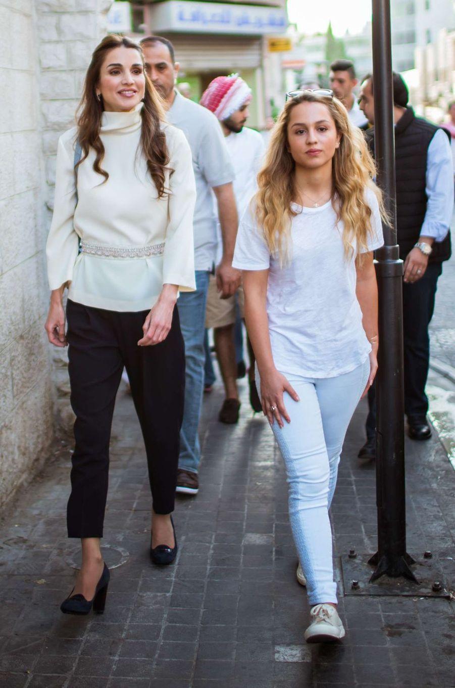 La princesse Iman de Jordanie avec sa mère la reine Rania, le 16 août 2015