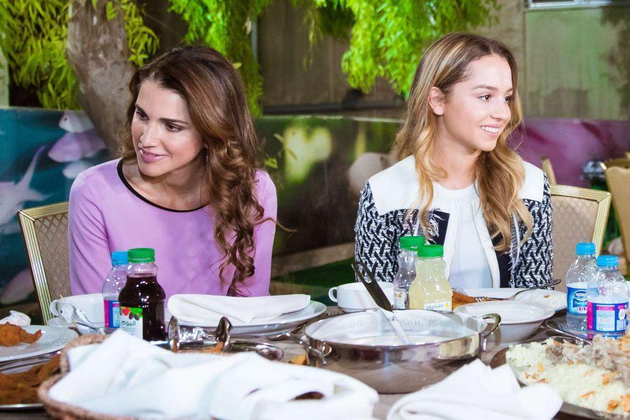La princesse Iman de Jordanie avec sa mère la reine Rania, le 20 juin 2016