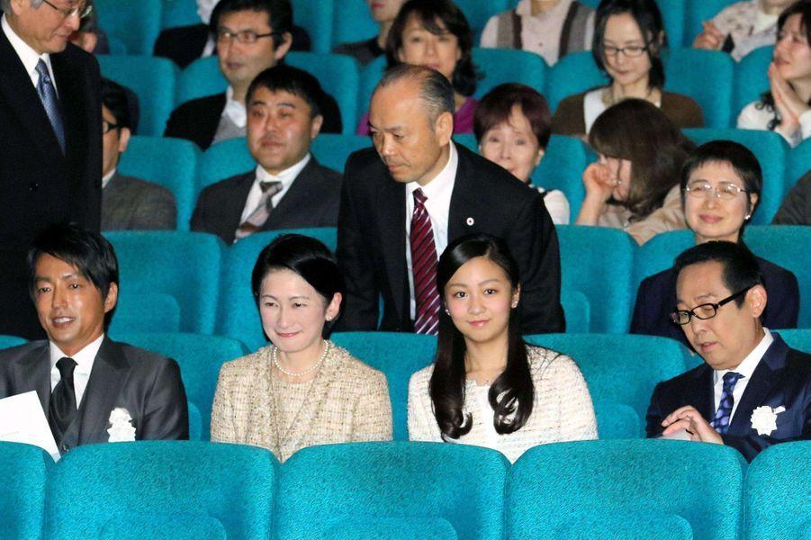 Les princesses Kiko et Kako du Japon au cinéma à Tokyo, le 26 mars 2015