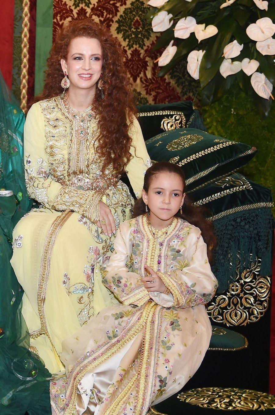 La princesse Lalla Khadija du Maroc avec sa mère la princesse Lalla Salma, le 13 novembre 2014
