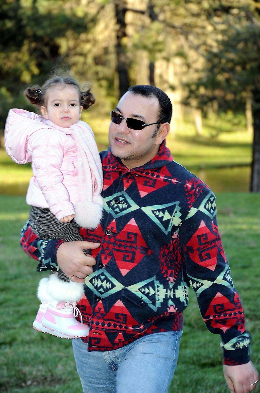 La princesse Lalla Khadija du Maroc avec son père le roi Mohammed VI, le 28 février 2009