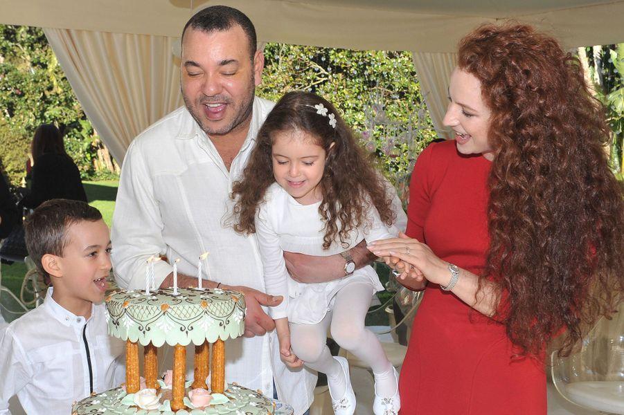 La princesse Lalla Khadija du Maroc avec ses parents et son frère, le 28 février 2011