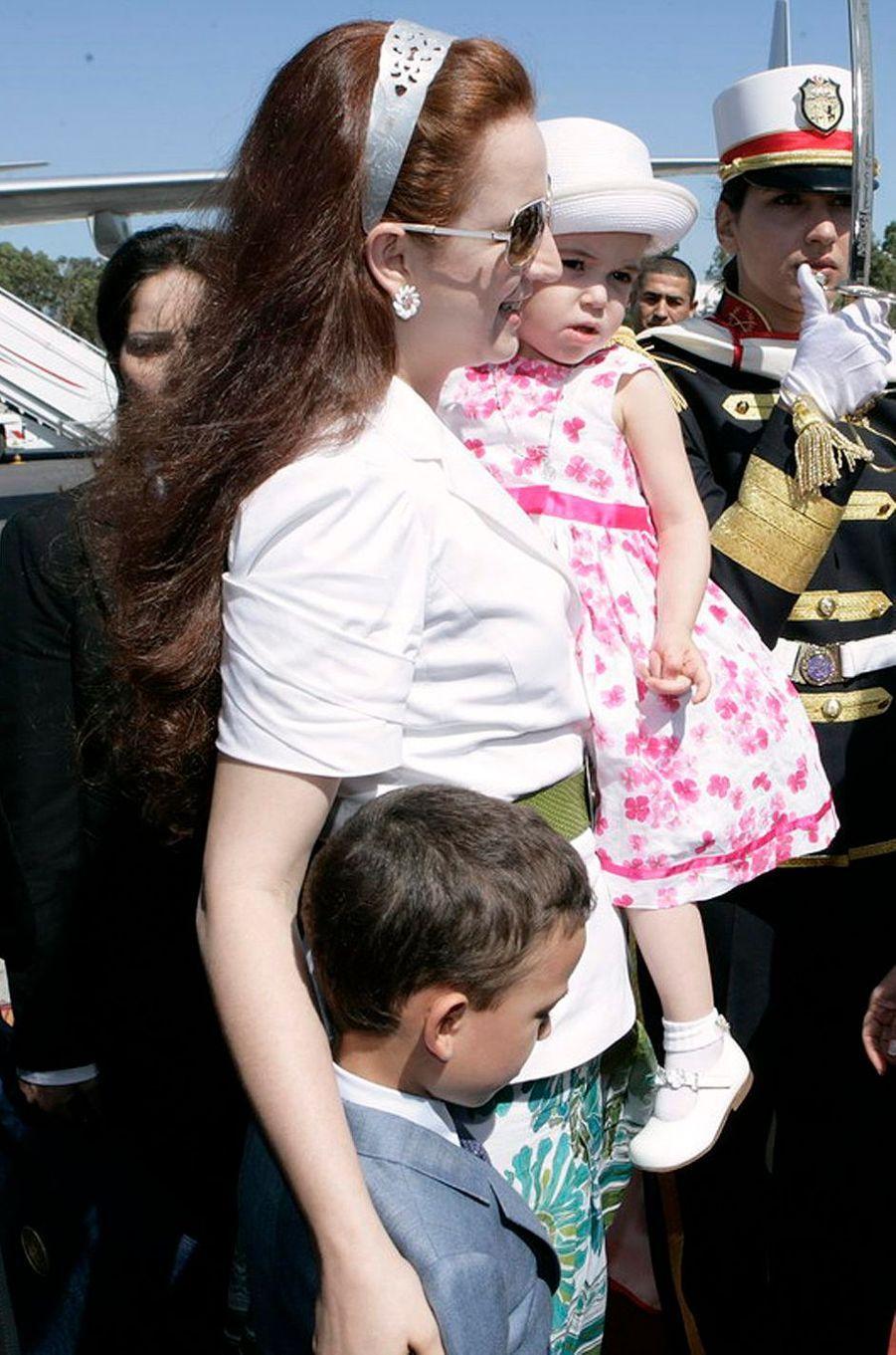 La princesse Lalla Khadija du Maroc avec sa mère la princesse Lalla Salma et son frère, le 25 septembre 2009