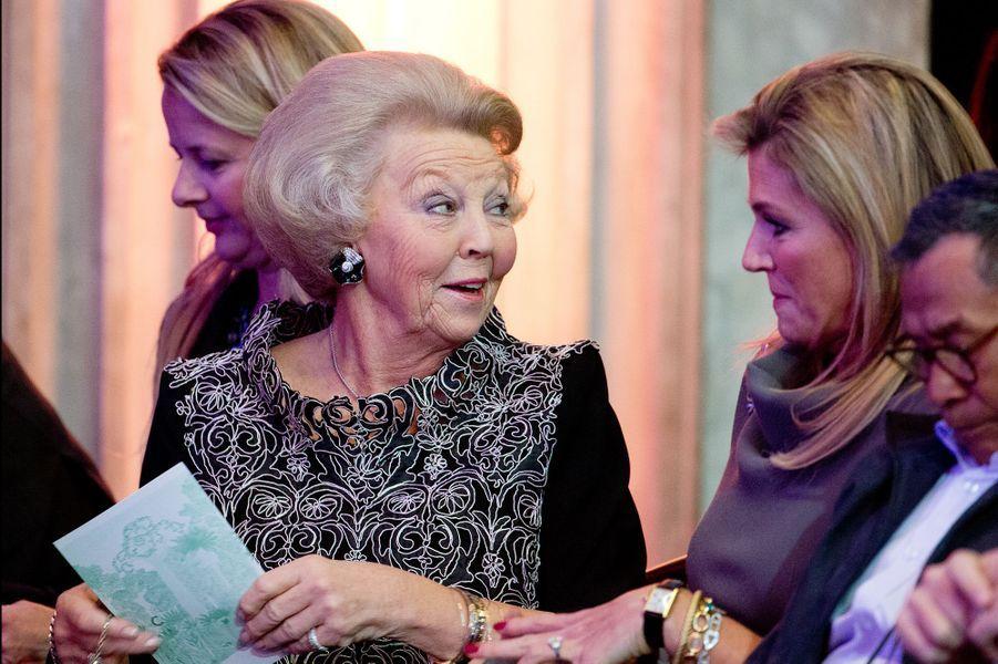 La reine Maxima des Pays-Bas et la princesse Beatrix au prix du prince Claus à Amsterdam, le 10 décembre 2014