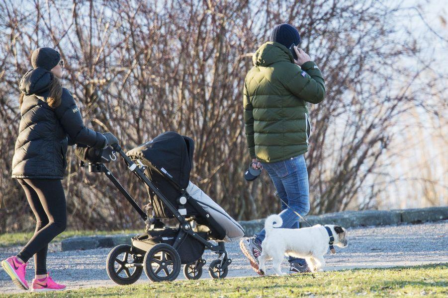 Balade en famille pour Madeleine de Suède, Christopher O'Neill et leur petite Leonore à Stockholm, le 21 décembre 2014