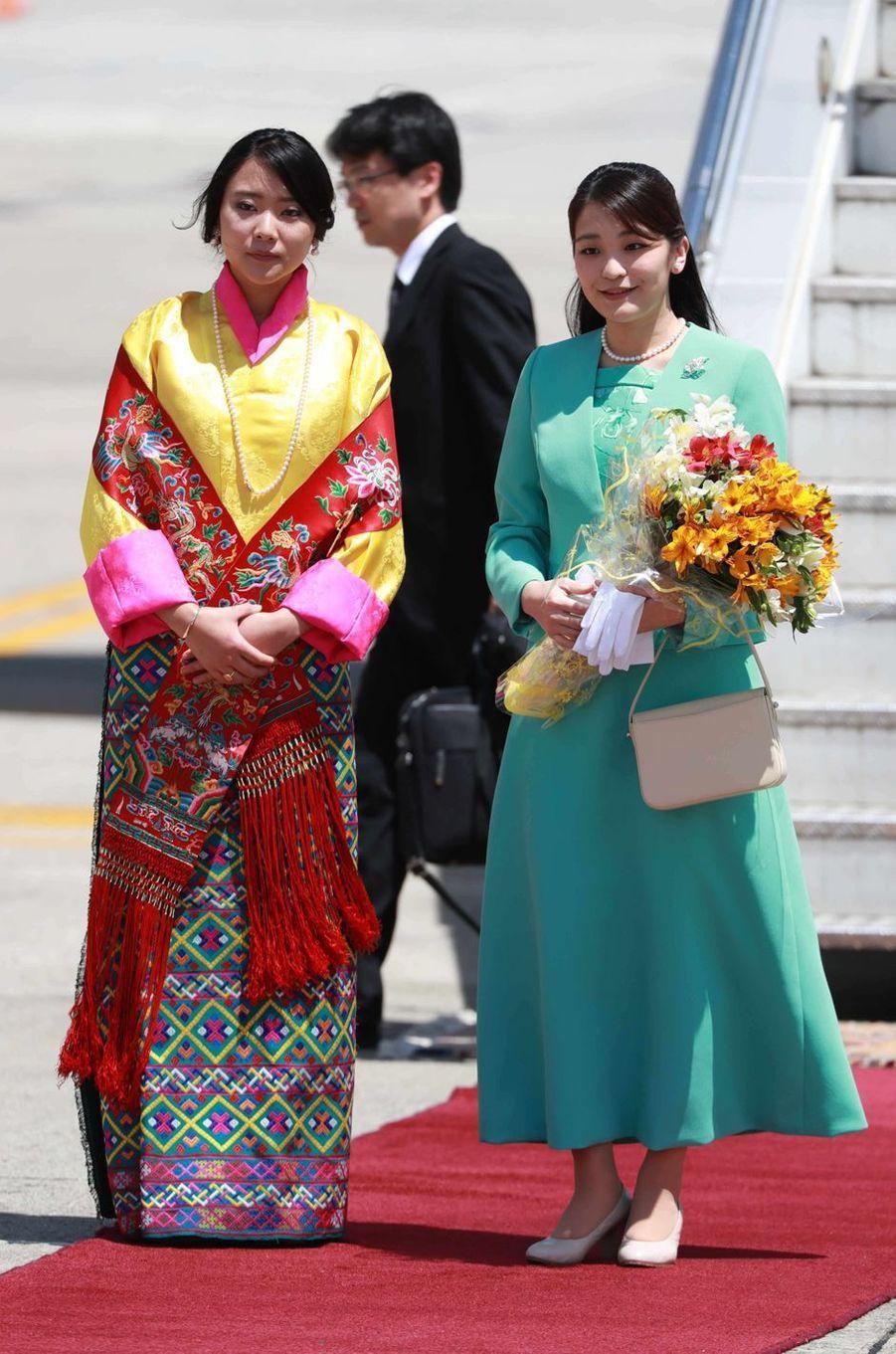 La princesse Mako du Japon avec la princesse Euphelma du Bhoutan à son arrivée à Paro, le 1er juin 2017