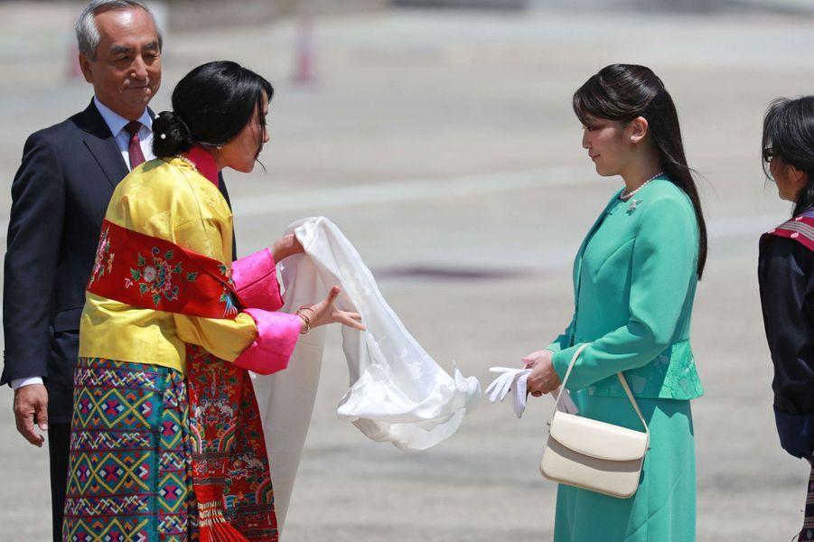 La princesse Mako du Japon avec la princesse Euphelma du Bhoutan à l'aéroport de Paro, le 1er juin 2017