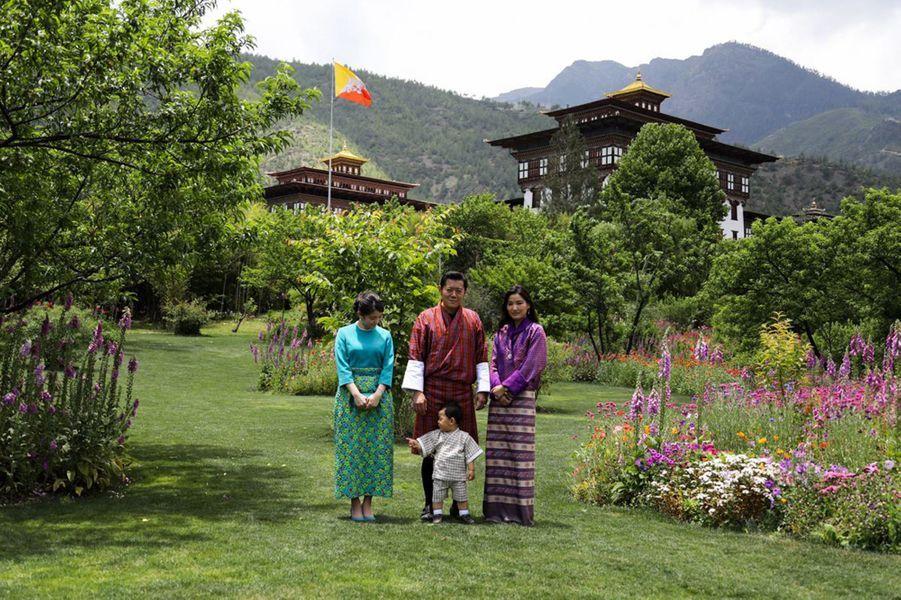 La princesse Mako du Japon avec le roi et la reine du Bhoutan et leur fils à Thimphou, le 1er juin 2017