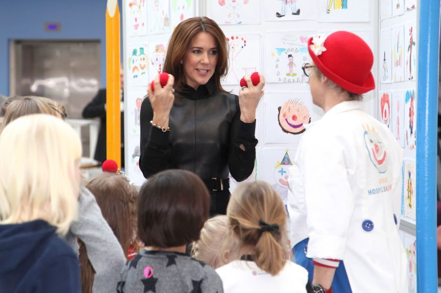 La princesse Mary avec des enfants dans le cadre d'un concours de dessins au profit des clowns des hôpitaux danois, le 26 février 2015