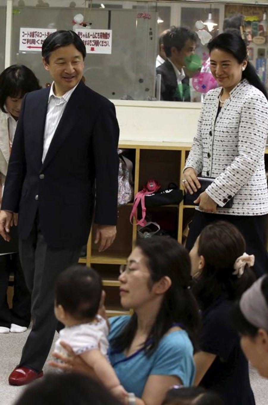 La princesse Masako et le prince Naruhito du Japon visitent une crèche à Tokyo, le 16 juin 2015