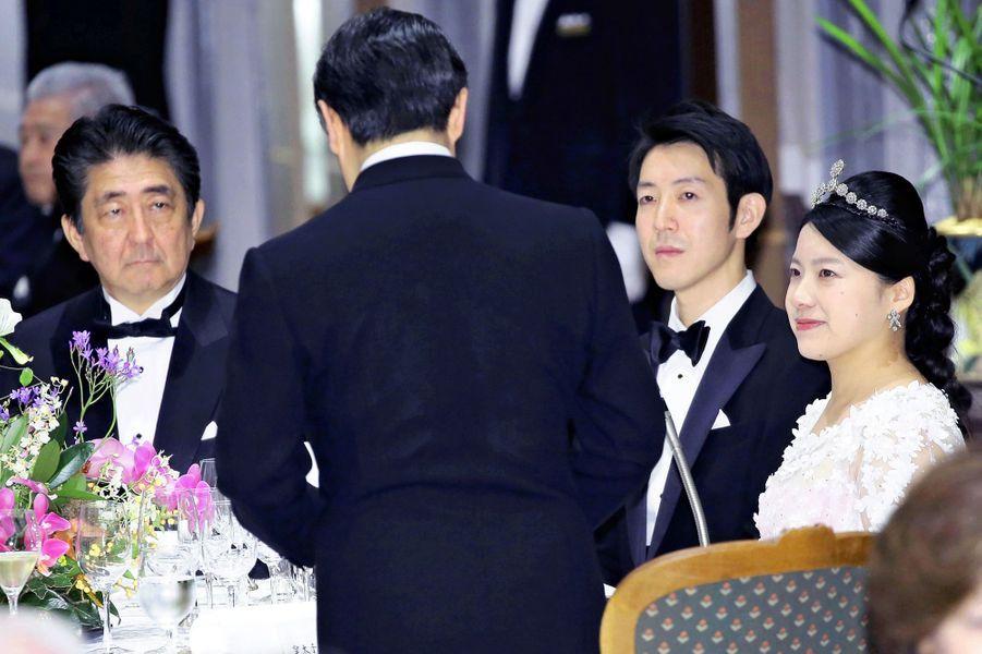 Le prince Naruhito du Japon (de dos) avec la princesse Ayako, Kei Moriya et Shinzo Abe à Tokyo, le 30 octobre 2018