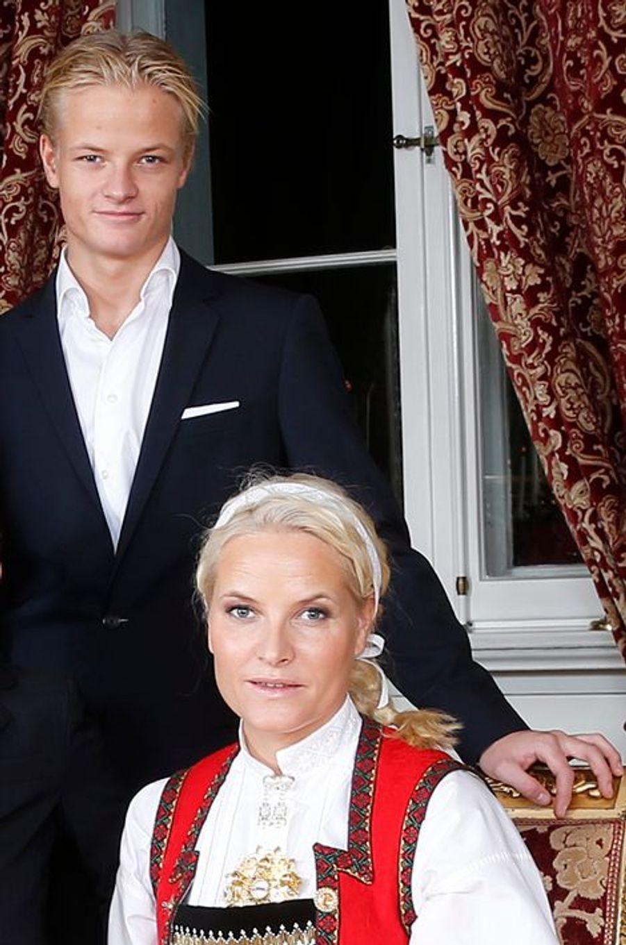 La princesse Mette-Marit avec son fils Marius au Palais royal d'Oslo, le 17 décembre 2014