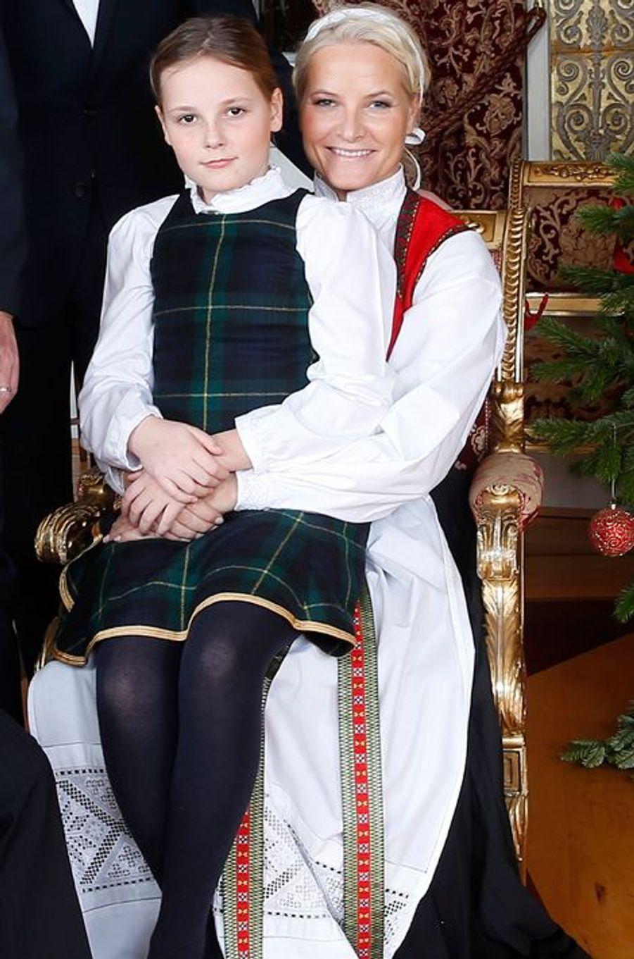 La princesse Mette-Marit et sa fille la princesse Ingrid-Alexandra au Palais royal d'Oslo, le 17 décembre 2014