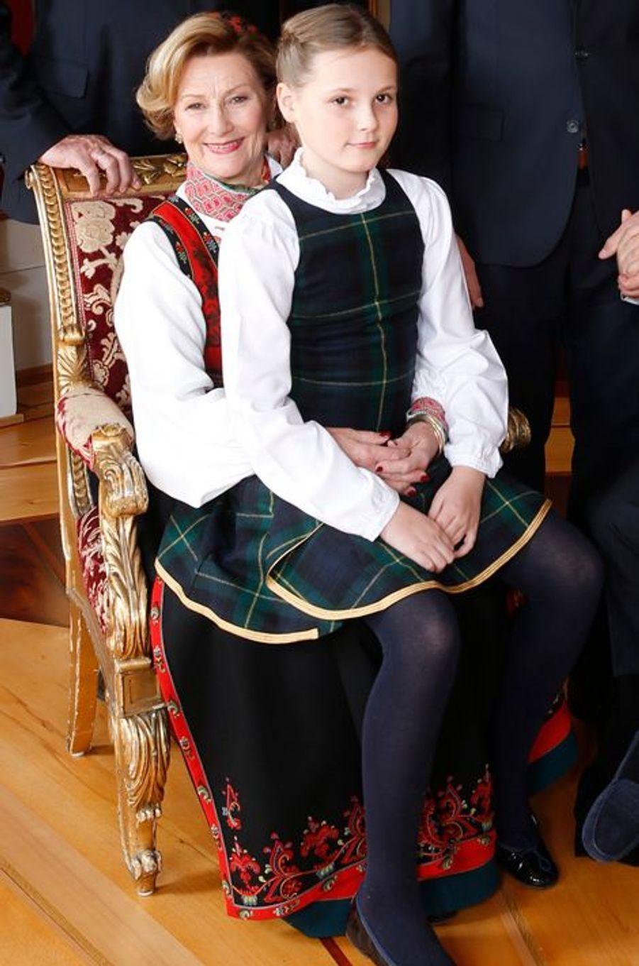 La reine Sonja et sa petite-fille la princesse Ingrid-Alexandra au Palais royal d'Oslo, le 17 décembre 2014