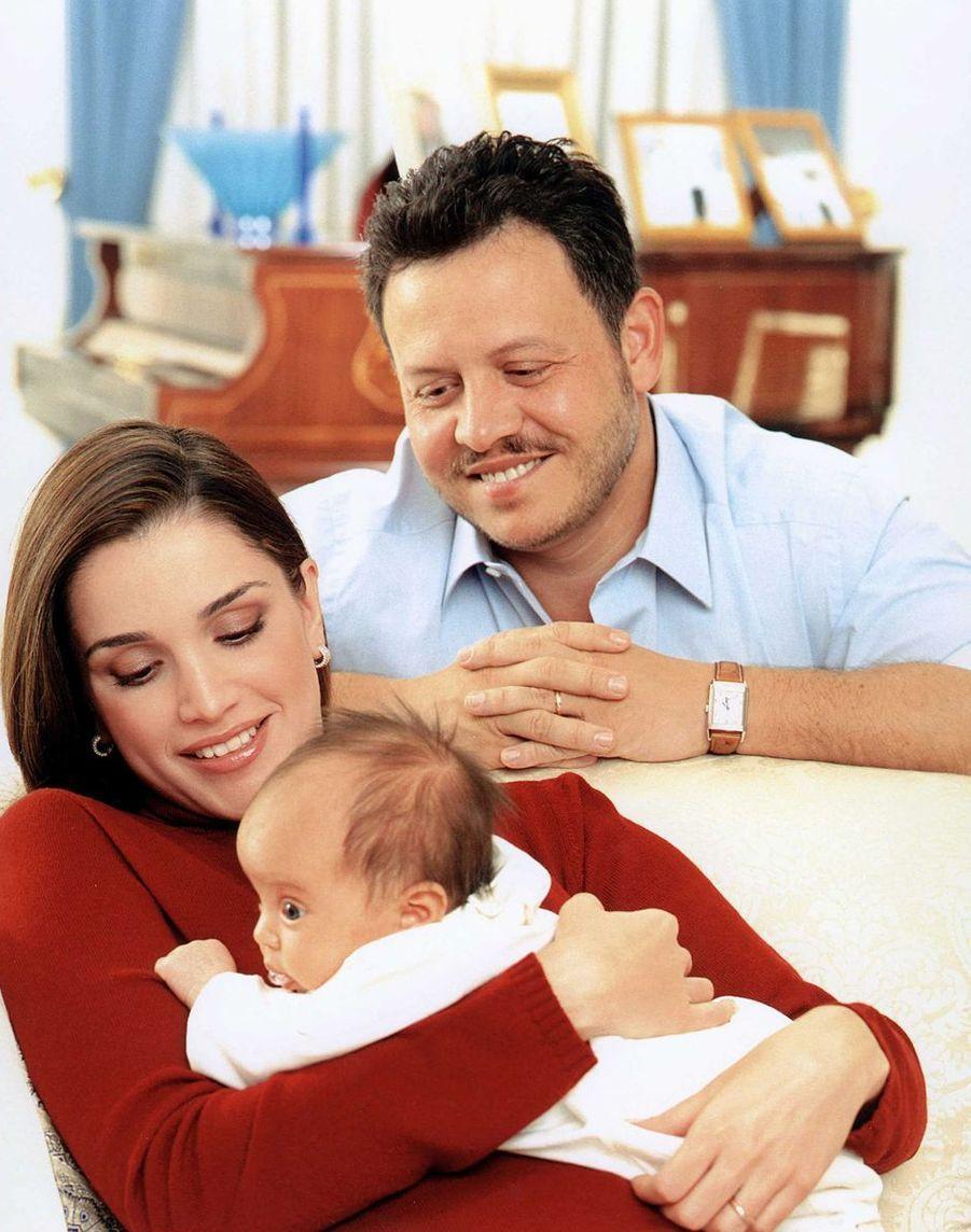 La princesse Salma de Jordanie avec ses parents, la reine Rania et le roi Abdallah II, le 1er décembre 2000