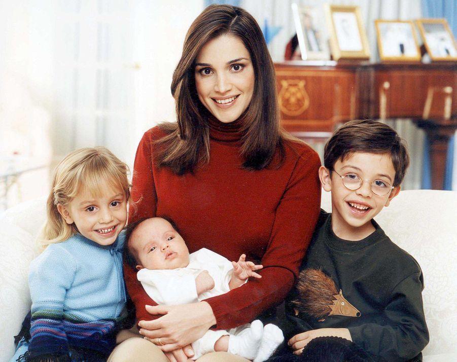 La princesse Salma de Jordanie avec sa mère la reine Rania, son frère et sa soeur aînés, le 1er décembre 2000